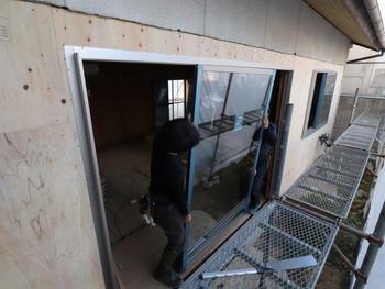新規窓サッシ吊り込み